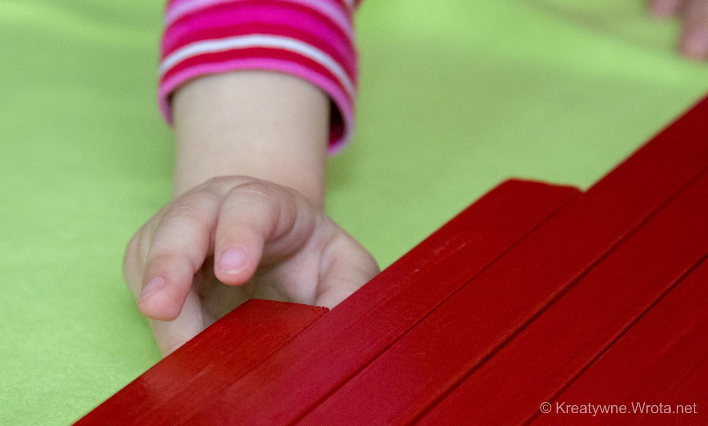 Długie czerwone belki Montessori